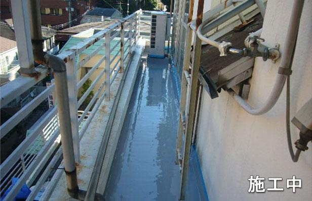 品川区バルコニー防水工事2層目塗布